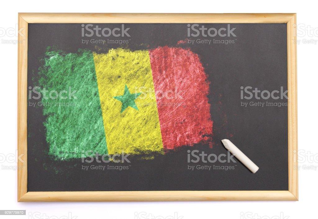 Com a bandeira nacional do Senegal desenhada no quadro-negro. (série) - foto de acervo
