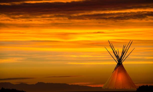 blackfoot tipi und grünland sonnenuntergang textfreiraum - indianer tipi stock-fotos und bilder