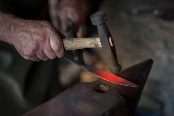 鍛冶屋のナイフ - 職人 ストックフォトと画像