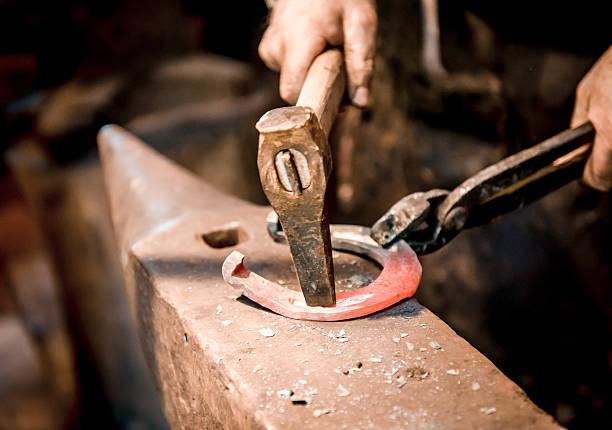 blacksmith make a horseshoe - hovslagare bildbanksfoton och bilder