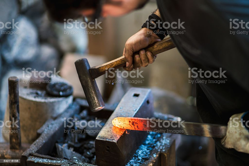Blacksmith shaping a traditional Japanese cooking knife圖像檔