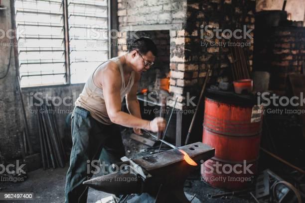 Foto de Ferreiro Trabalhando Em Sua Oficina De Metal e mais fotos de stock de 40-49 anos