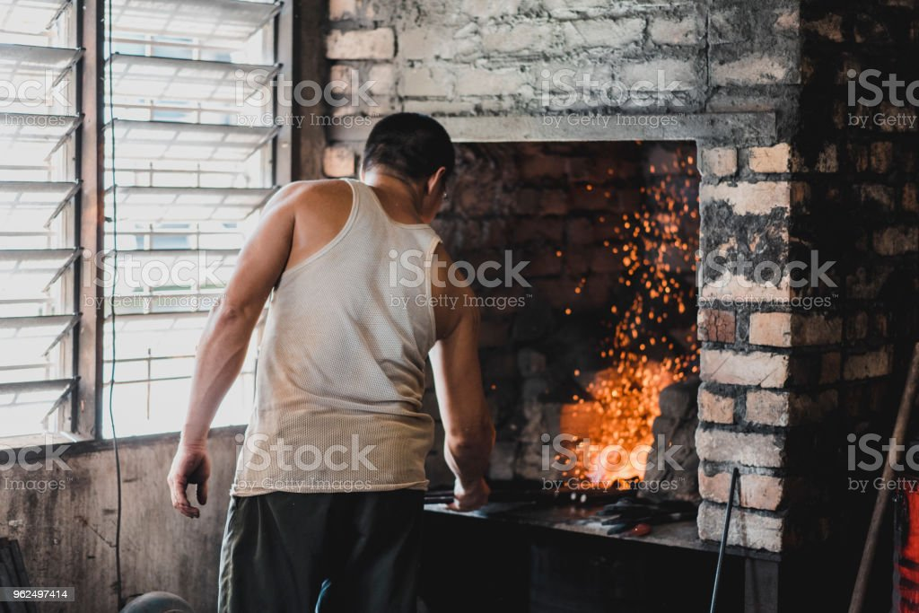 Ferreiro trabalhando na forja - Foto de stock de 40-49 anos royalty-free
