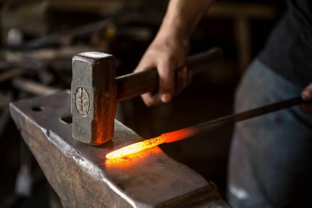 schmied arbeiten - skulpturprojekte stock-fotos und bilder
