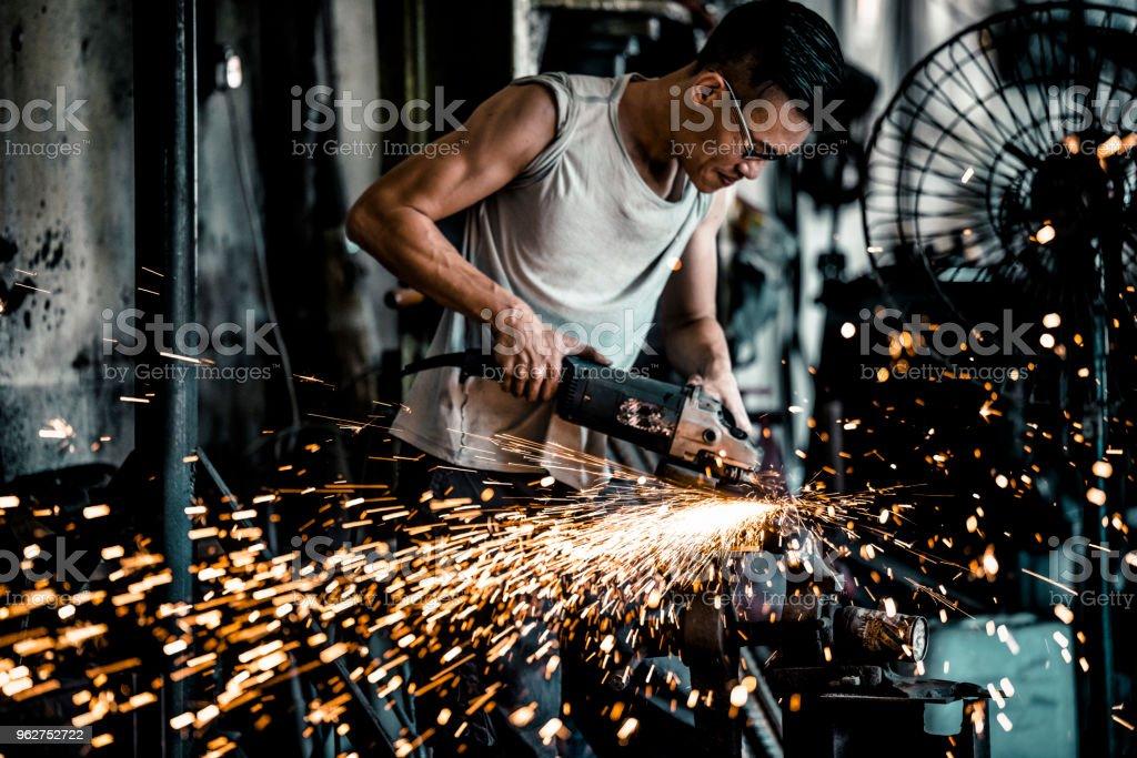 Schmiede arbeiten mit Elektrowerkzeugen in Werkstatt – Foto