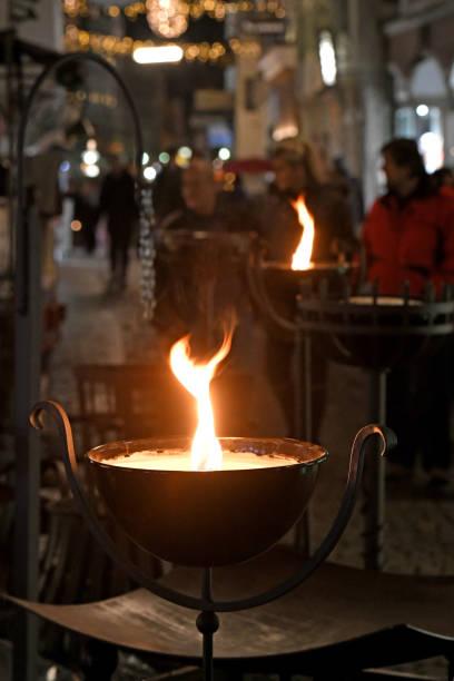 schmiede auf weihnachtsmarkt in steer - eisenstadt austria stock-fotos und bilder
