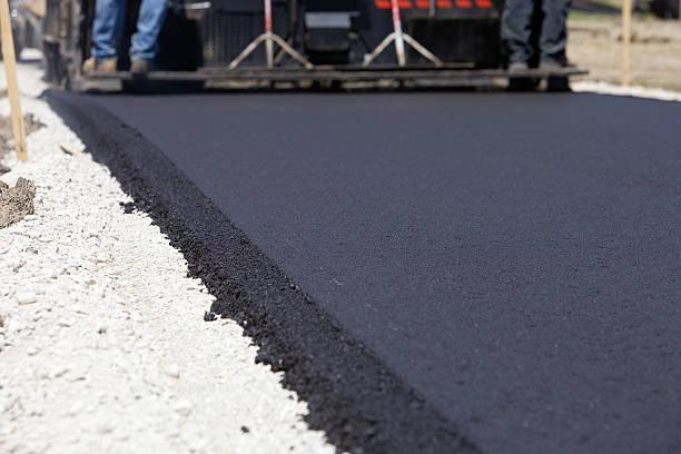 Blacktop spianando la strada con Slipform Paver - foto stock