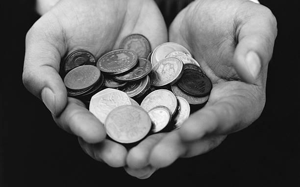 Schwarz-Weiß-Aufnahmen von Händen mit Münzen – Foto