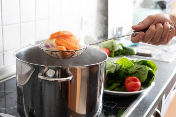 Blanchieren von Gemüse in großen Kochtopf – Foto