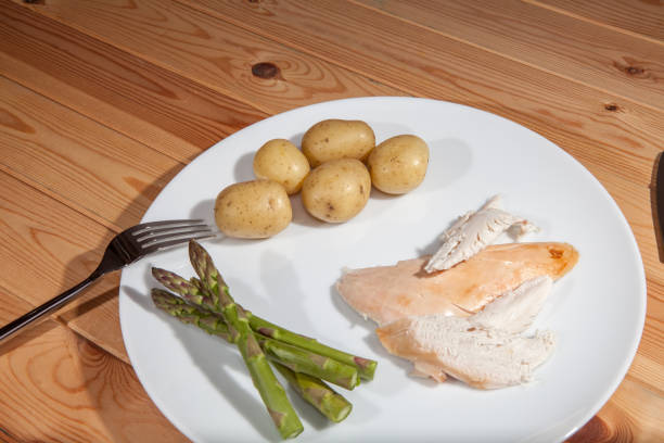 bland healthly food meal. boring chicken slimmers dinner with asparagus - slow food foto e immagini stock