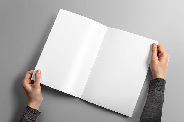 leeren a4-broschüre mock-up auf leichten grauen hintergrund. - zeitschrift aufgeschlagen stock-fotos und bilder