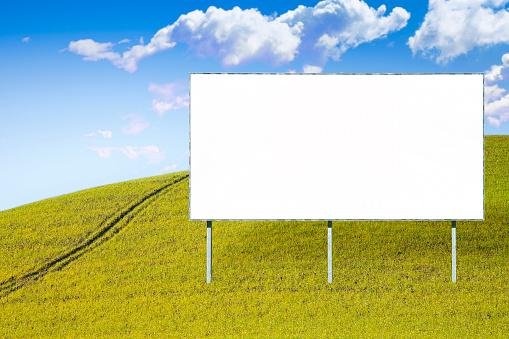 Tom Reklam Skylt I Ett Grönt Fält Bild Med Kopia Utrymme-foton och fler bilder på Affischtavla