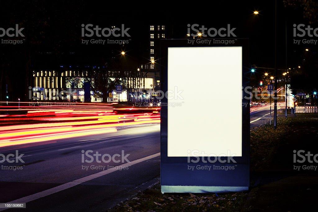 Leere Werbung Plakat auf der Straße in der Stadt bei Nacht – Foto