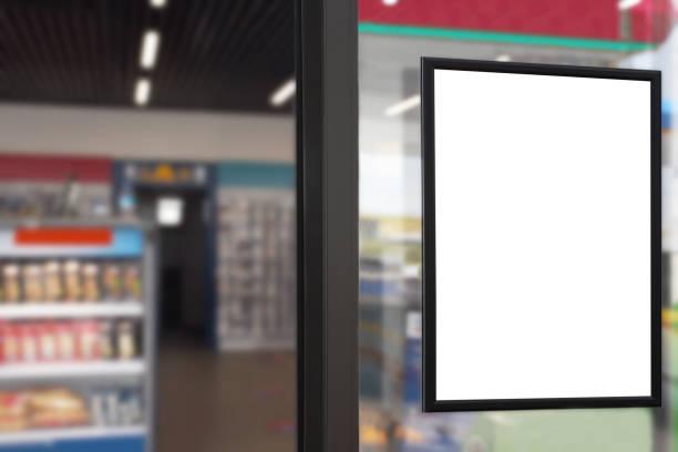 pancarte de panneau publicitaire blanc (clipping path) dans la fenêtre du marché avec le fond flou de merket - vitrine magasin photos et images de collection