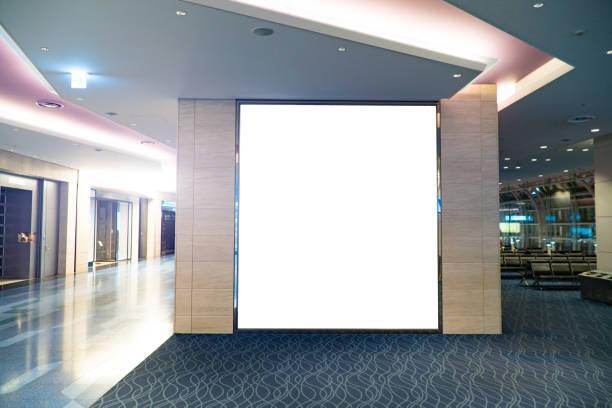 visualización en blanco imitan para arriba en la puerta del aeropuerto - gran inauguración fotografías e imágenes de stock