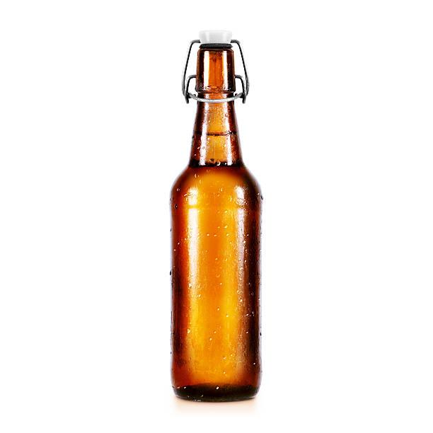 blanko mockup-bier in der flasche ohne label stand isoliert - braunglasflaschen stock-fotos und bilder