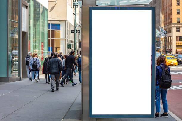 blanco billboard bij bushalte voor reclame, new york city gebouwen en straat achtergrond - bushalte stockfoto's en -beelden