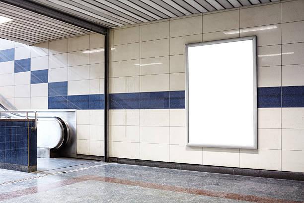 blank billboard in einer u-bahn-haltestelle wall. - plakatieren stock-fotos und bilder