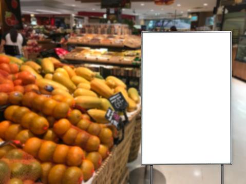 텍스트 메시지에 대 한 슈퍼마켓 복사 공간에 빈 광고 판 간판에 대한 스톡 사진 및 기타 이미지