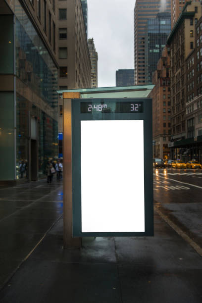 leeg reclamebord in busstation in new york city - bushalte stockfoto's en -beelden
