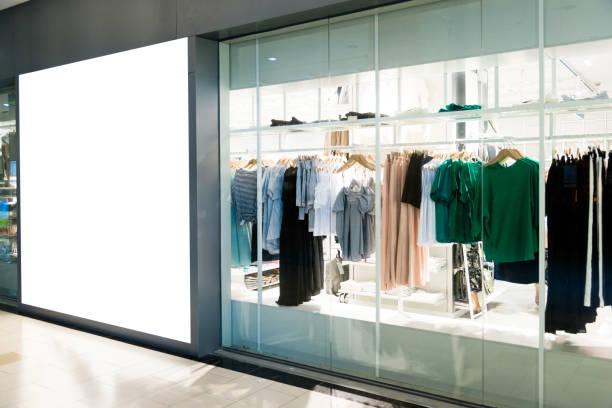 lege billboard in moderne winkelcentrum - kledingwinkel stockfoto's en -beelden