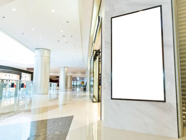 leere werbetafel in modernem einkaufszentrum - plakatieren stock-fotos und bilder