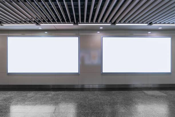 地下鉄でブランクの看板。あなたの広告のために便利です。 - 駅 ストックフォトと画像