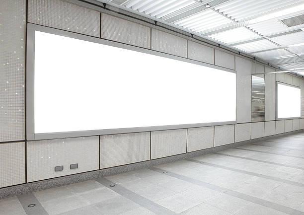 街の空の看板の建物 - 駅 ストックフォトと画像