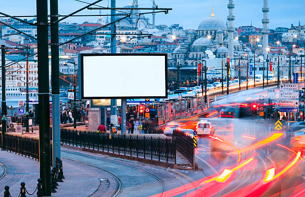 пустой рекламный щит на улице - каракёй стамбул стоковые фото и изображения