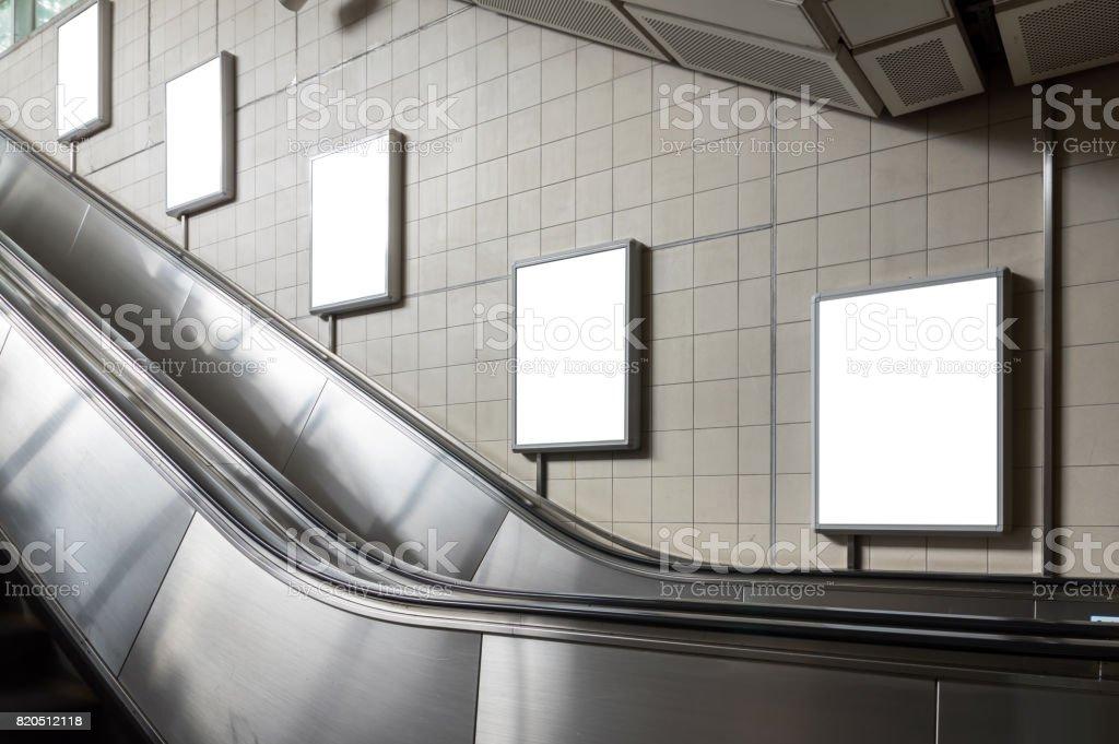 Panneau d'affichage vide situé dans le hall souterrain ou le métro pour la publicité, le concept de maquette, obturateur de vitesse de la lumière à faible - Photo