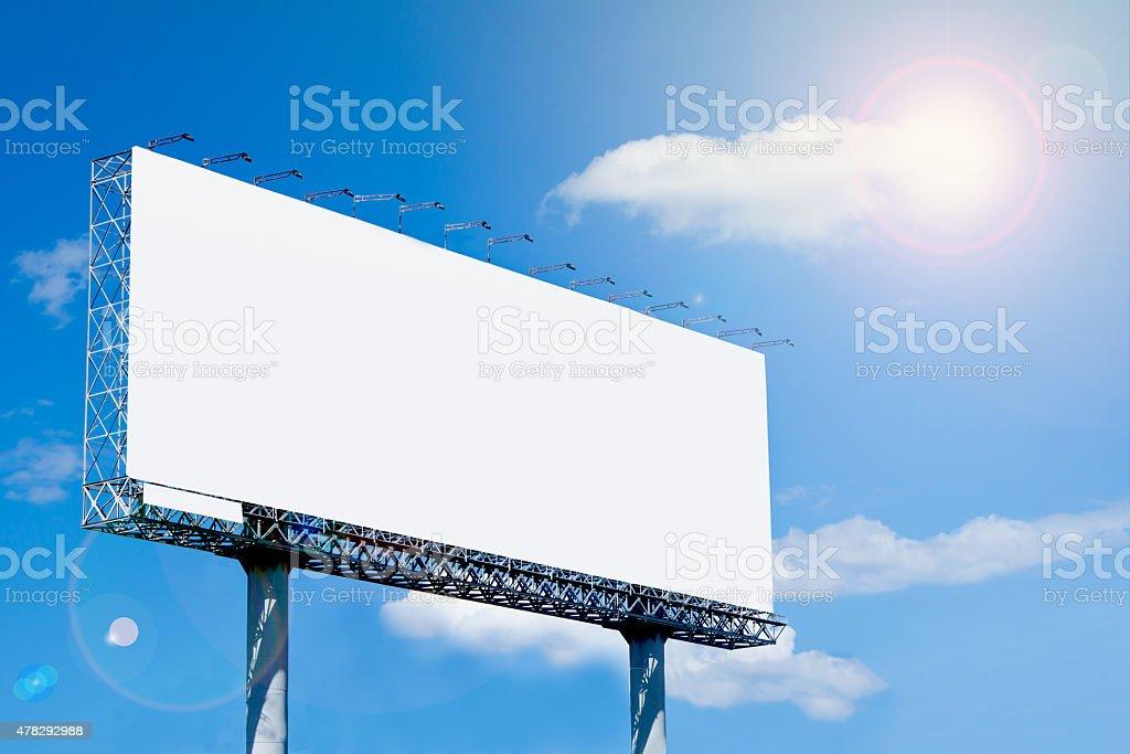 Cartellone bianco su sfondo blu cielo al giorno di tempo per pubblicità - foto stock