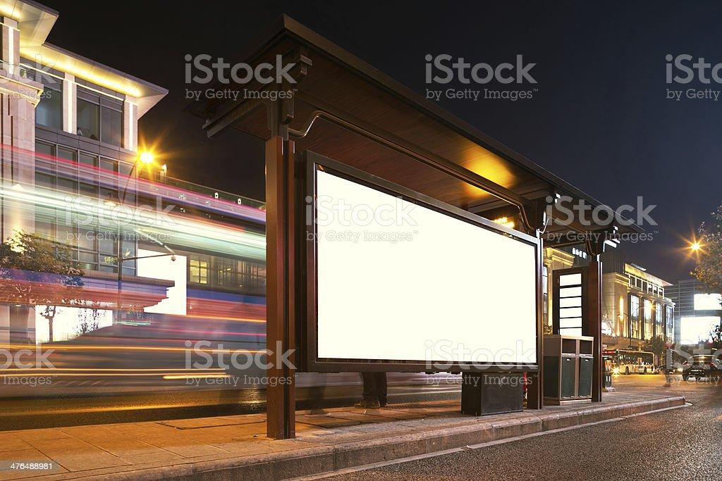 Cartellone vuoto sulla fermata del bus di notte - foto stock
