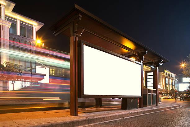 Leere Plakat an Bushaltestelle in der Nacht – Foto