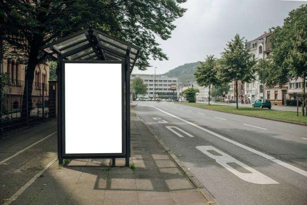 lege billboard op bus stop - bushalte stockfoto's en -beelden