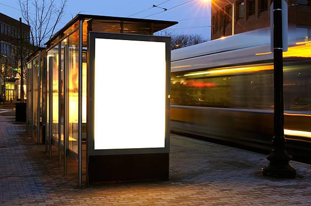 blank billboard on bus stop - bushalte stockfoto's en -beelden