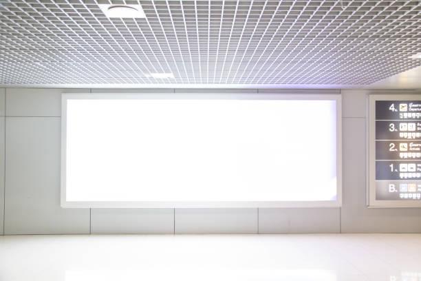 空白の看板広告プラットフォームの地下鉄での壁に添付します。 - 駅 ストックフォトと画像