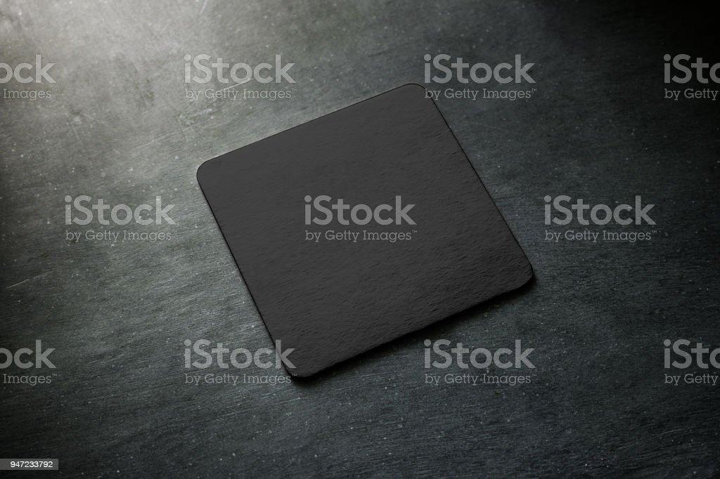 Leere Schwarzbier Achterbahn Modell auf grauen Schreibtisch liegen – Foto