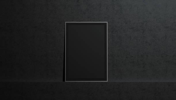 leeres schwarzes papier plakat mockup, stand auf der wand der galerie - filmplakate stock-fotos und bilder