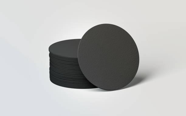 leere schwarze runde bierdeckel stapeln mock-up - untersetzer stock-fotos und bilder