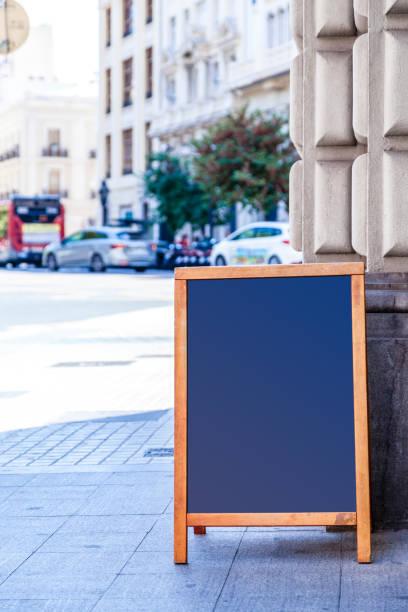 leere tafel auf einem bürgersteig - klapprahmen stock-fotos und bilder