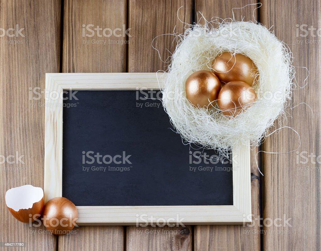 Leere Tafel mit goldene Eier im nest – Foto