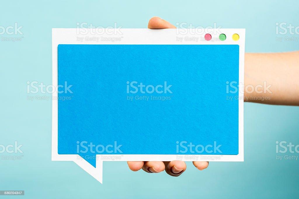Azul conceito de computador em branco da janela.  Discurso de bolha conceito Fundo azul - foto de acervo
