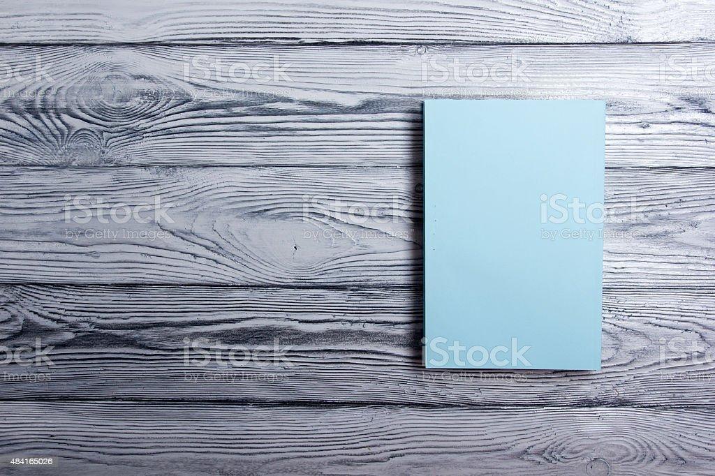 Couverture de livre blanc sur fond bois texturé. Espace texte - Photo