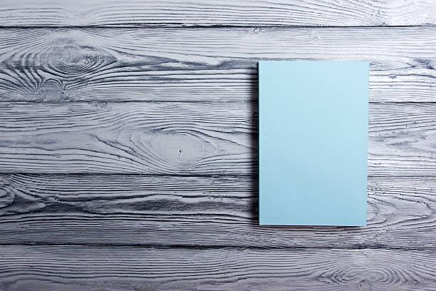 capa do livro em branco sobre fundo de madeira texturizados. espaço para texto - brochura - fotografias e filmes do acervo