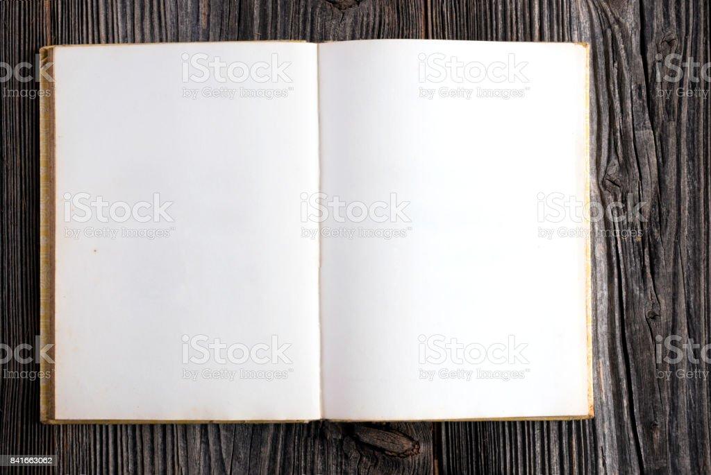 Leere Buch auf hölzernen Hintergrund – Foto