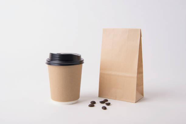 Leere braune Tasche und Kaffee Pappbecher für Mockup Vorlage Werbung und branding-Hintergrund. – Foto