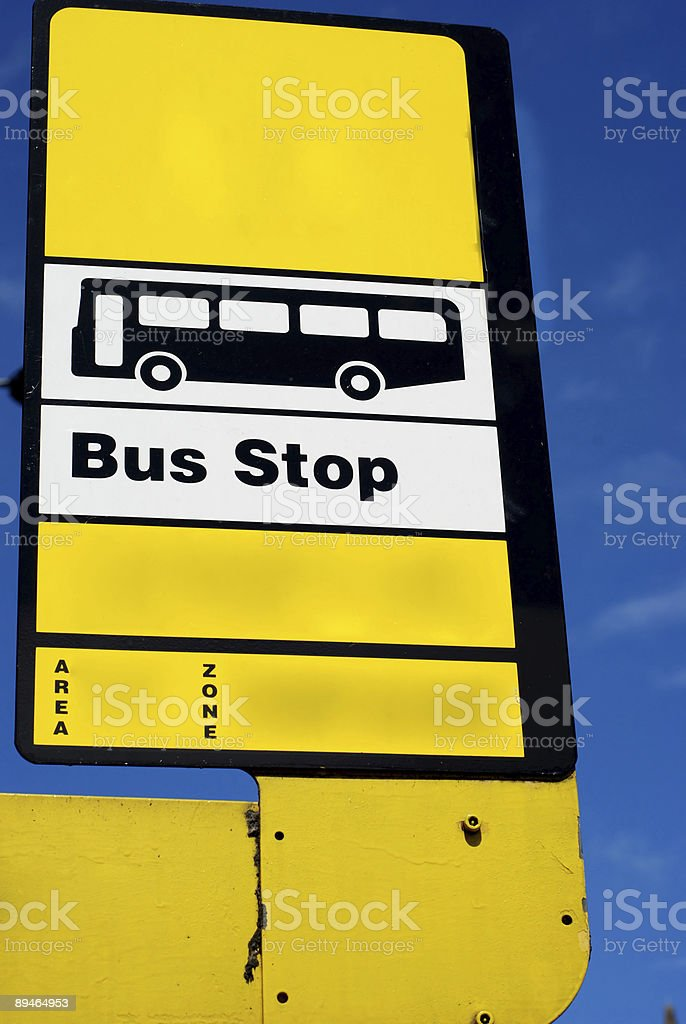 Arrêt de bus blanc panneau jaune, Royaume-Uni photo libre de droits