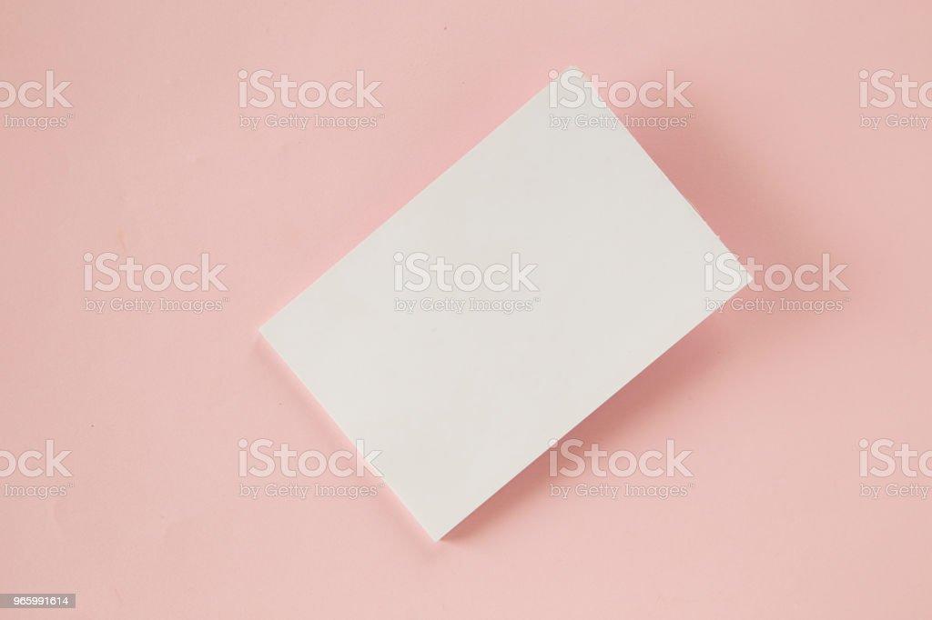 Tom visitkort på rosa bakgrund - Royaltyfri Blå Bildbanksbilder