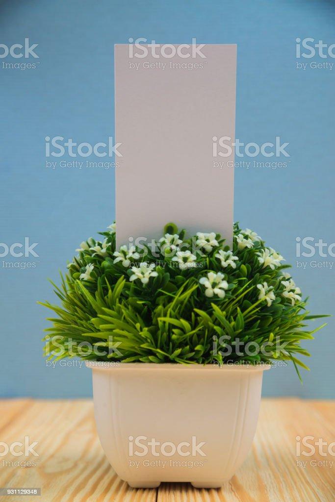 Boş kartvizit ve küçük dekoratif ahşap çalışma masa kopya alanı olan beyaz vazoyu ağacında metin ID'sini ekleyin'i ve logosu, iş şirket kavramı. - Royalty-free Ahşap Stok görsel
