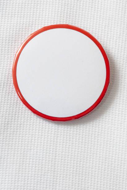 Leere Kampagne Button Hintergrund mit roten Rand auf weißem Shirt – Foto